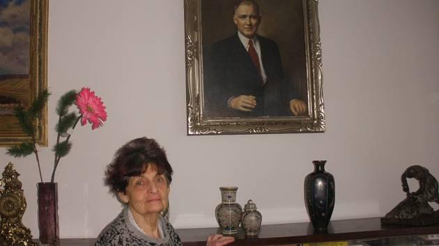Klára Tischlerová u portrétu svého tatínka, primáře Jana Příbrského.