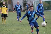 Lukáš Balogh střílí. Nováček SK Planá (modré dresy) vyhrál na Dobré Vodě 3:1.