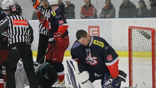 Jaroslav Jágr bez helmy po nájezdu hráče Krumlova.