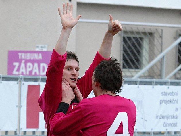 Zdeněk Ondrášek přijímá od Milana Nitrianského gratulace ke svému gólu na 2:0 s Teplicemi.