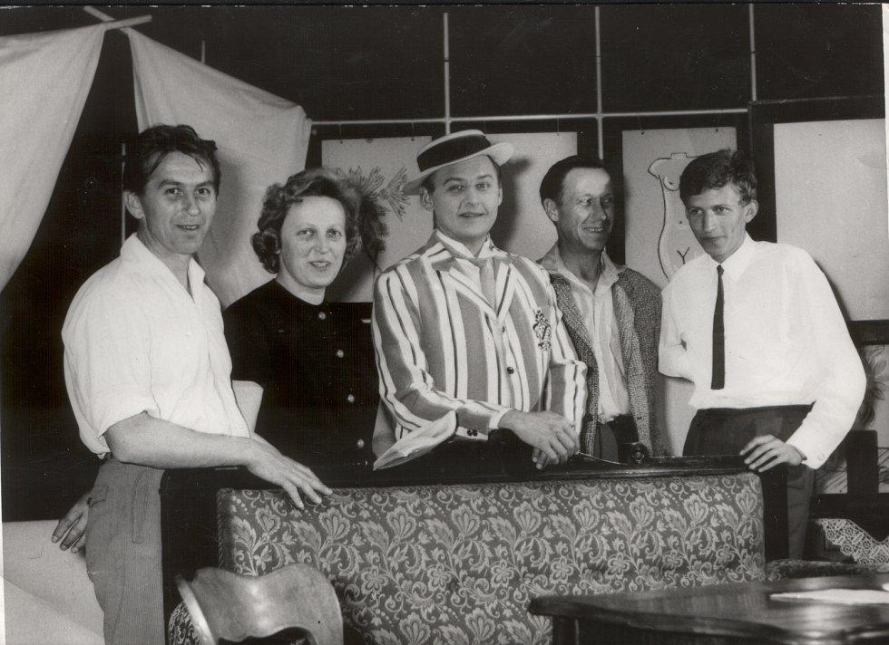Ochotníci z Trhových Svinů hráli představení Charleyova teta v roce 1966 s významným hostem Lubomírem Lipským (uprostřed).