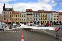 Kolemjdoucí si zkoušeli nasednout do letadla, které bylo upevněné na českobudějovickém náměstí.