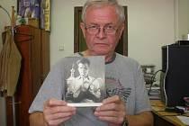 Jiří Mentlík se snímkem svého otce Aloise Mentlíka.