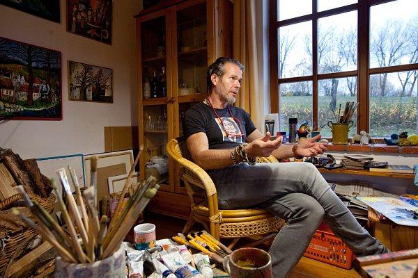 Autohavárie může paradoxně za to, že Hynek Fuka (52) začal malovat. Když se probral ztřídenního komatu, rozhodl se, že si splní dětský sen a stane se malířem. Učil se znovu mluvit, ale vše zvládl. Dnes maluje na chalupě vMeziluží. Snímek zateliéru.