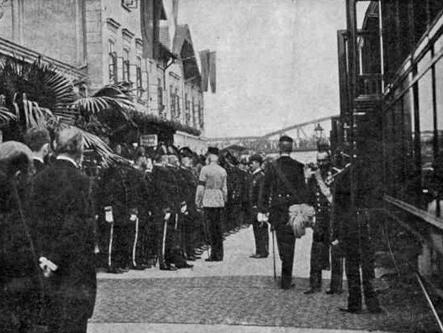 Císař František Josef I. na starém nádraží v roce 1899.
