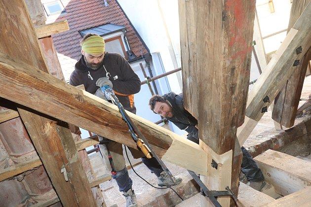 Oprava krovu Solnice v Českých Budějovicích, jednoho z nejstarších v republice.