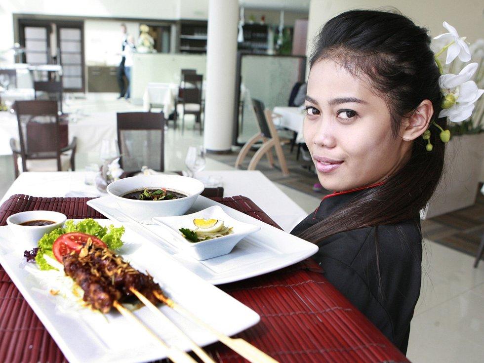Šéfkuchařka z Jakarty Putri R. Mumpuni, ověnčená řadou prestižních světových ocenění, bude do konce týdne připravovat speciální indonéské menu v Relaxačním a regeneračním centru v Hluboké nad Vltavou. Právě zde se mohou návštěvníci až do neděle 15. září.