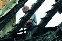 Majitele domu na Vitějovicku nejprve přepadli, později už se k domu sjížděli hasiči a likvidovali požár. V pátek na místo nastoupil technik.