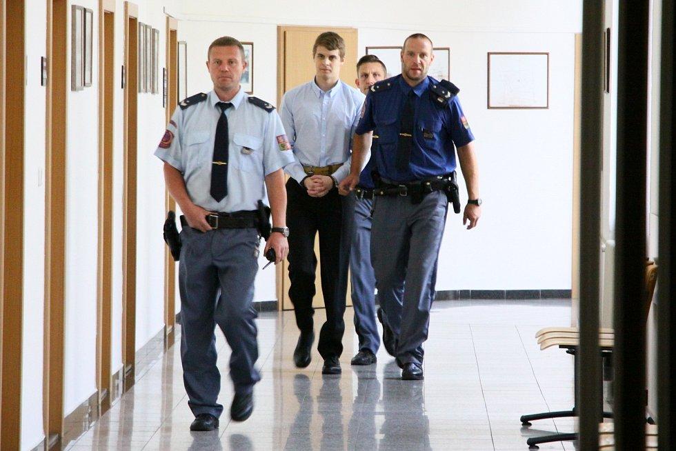 Obžalovaného Lukáše Nováka na jednání krajského soudu přiváděla eskorta vězeňské služby z vazby.