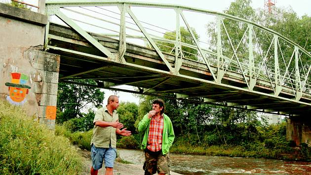 Místostarosta Roudného Bohuslav Zikeš (vlevo) řeší s Petrem Dopitou, který má v blízkosti mostu dům, možnosti nouzového výjezdu z garáže v případě povodně.