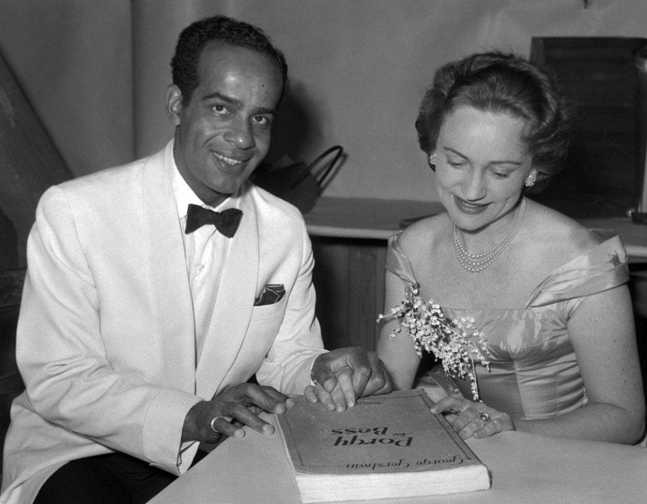Sopranistka Stanislava Součková, které by 27. listopadu 2013 bylo devadesát let. Na snímku z roku 1956 s americkým barytonistou Hubertem Dilworthem při přípravě duetu z Gershwinovy opery Porgy a Bess.