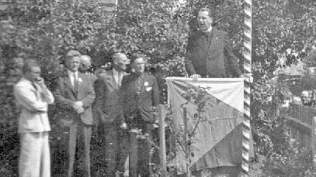 Při odhalení pamětní desky v roce 1946 se konala vzpomínková slavnost.