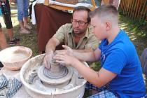 Keramickou dílnu, kdy si zkusíte i vlastní výrobu, navštivte v archeoskanzenu v Trocnově. Ilustrační foto
