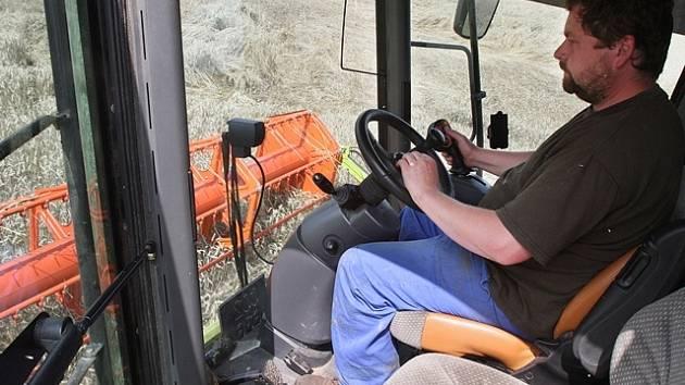 Žně v ZOD Dubné u Českých Budějovic, snímek je ze sklizně ozimé pšenice u obce Hracholusky, za volantem kombajnu jsme zachytili Tomáše Voborského.