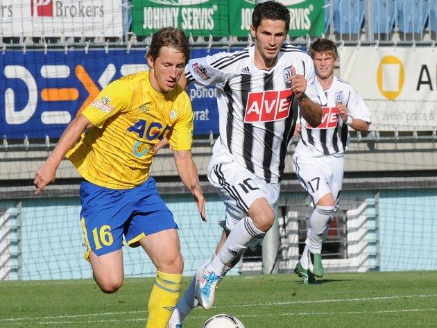 Petr Javorek v lize juniorů stíhá teplického Pavla verbíře mladšího.