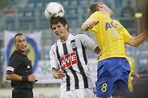 Petr Javorek v zápase s Teplicemi ve vzdušném souboji s hostujícím Vachouškem.