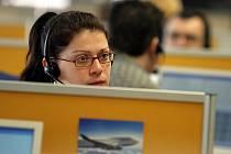 Práce telefonisty v call centrech bude podle odborníků jedním z hitů letošních prázdninových brigád. Zaměstnavatelé mají velký zájem i o obchodní zástupce a roznos letáků. Ilustrační foto.