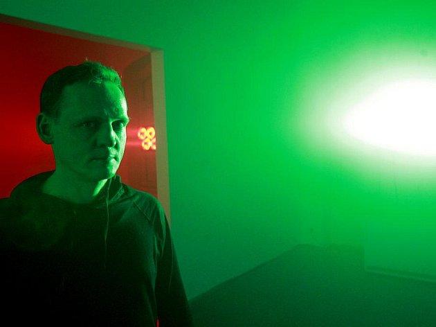 """PROJÍT SE BARVAMI. Velká hvězda současného umění Carsten Nicolai (na snímku) se do 20. listopadu představuje v budějovickém Domě umění. Výstavě dal název Filter, hlavím tématem je světlo. """"Člověk si musí mou výstavu fyzicky prožít,"""" říká 46letý umělec."""