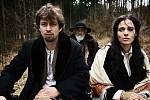 Ústřední dvojice Jan Dolanský a Lívia Bielovič jede na bryčce lesem. Vzadu sedí herec Dušan Lenci.