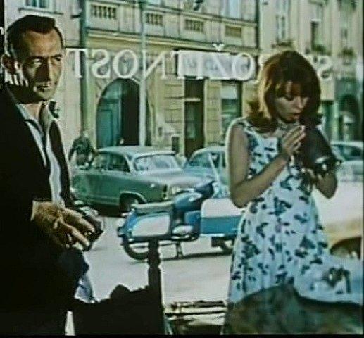 Herečka Monika Švábová dechem cídí starou konvici. Pohled ven míří na bývalou lékárnu, dnes je tam další banka a sázková kancelář.