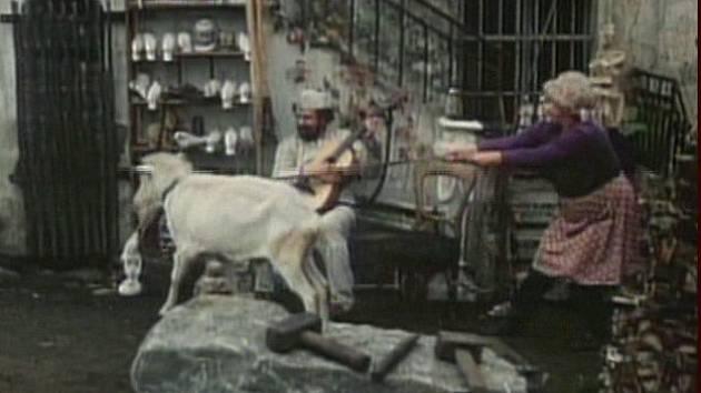 Mílu Myslíkovou si týnští lidé pamatuji, jak vodí kozla. Na snímku je také Waldemar Matuška jako sochař s kytarou.