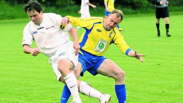 Bavorovický Třeštík v zápase s Čížovou, v němž Mariner vyhrál 2:0, uniká Tesařovi.
