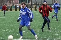 Pavel Vařil (u míče) sice Lažištím v neděli na Hluboké gól nedal, ale v Týně by měl plnit roli kanonýra, trenér Brozman na něj v útoku hodně spoléhá.