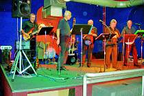 Šestice muzikantů si koncerty užívá.