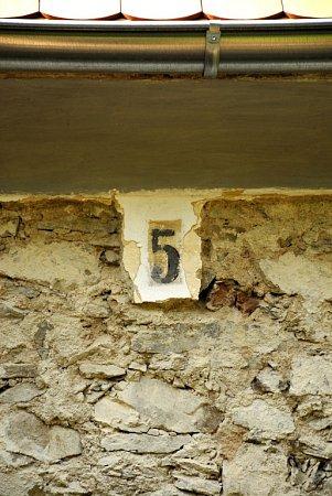 Bývalý strážník domek koněspřežky vobci Kamenný Újezd měl číslo pět.