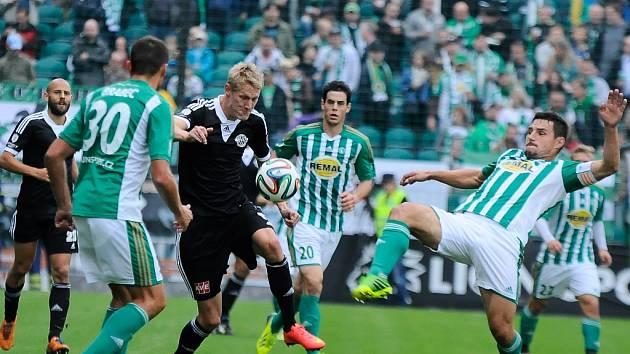 Fotbalisté Dynama prohráli v Praze s Bohemians 0:3 (na snímku Michal Škoda bojuje s Radou a Jindříškem).