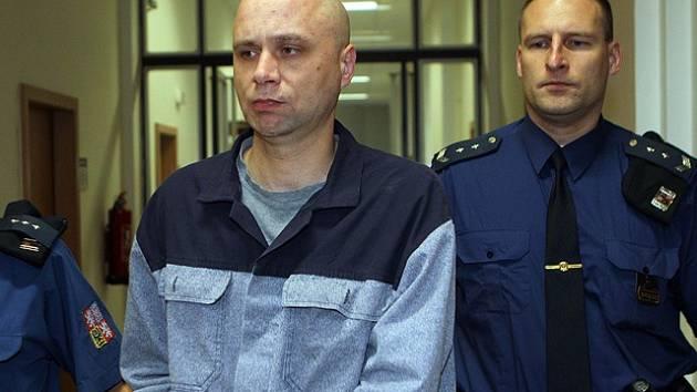 Martina Csavoje vede eskorta do soudní síně.
