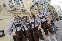 V typických lederhosen vás tento týden obslouží personál českobudějovických Masných krámů, kde včera začal Rakousko-bavorský fest. Na snímku odleva Petr Jůza, Věra Budějcká, Julie Kuleva a Bohuslav Gruber.