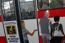 V některých městech jsou cestující upozorňováni na zloděje v dopravních prostředcích vhodnou reklamní kampaní. Není to inspirace také pro České Budějovice?