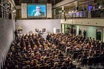 Diskusi s Junckerem sledoval plný sál.