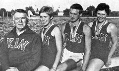 Trenér Karel Nedobitý s medailovými svěřenci.