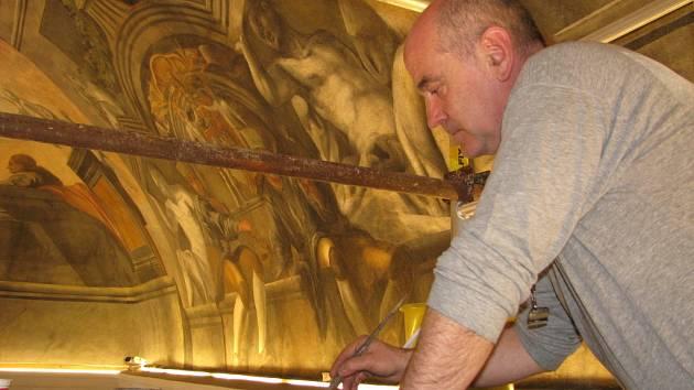 Několik metrů nad podlahou obřadní síně českobudějovické radnice nyní pracují restaurátoři při opravě fresky Šalamounův soud. Díky jejich úsilí bude možné vidět i tak zvané denní práce – giornatta, tedy části malby, které odpovídají zpravidla jednomu dni.
