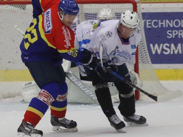 Jiří Šimánek (vlevo) v souboji s obráncem Pavlodaru Jevgenijem Nestěrovem.