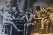 U šachovnice sedí druhý zleva (s cigaretou) František Vicena.