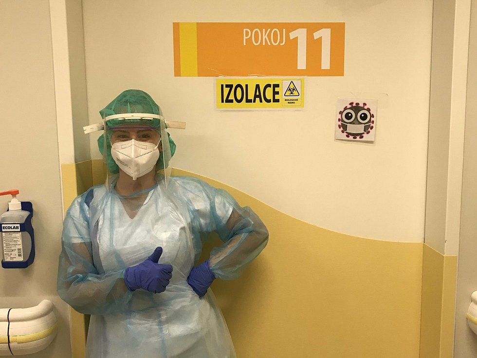 Student ZSF JU Vít Mazák u vstupu na pracoviště JIP Nemocnice České Budějovice.