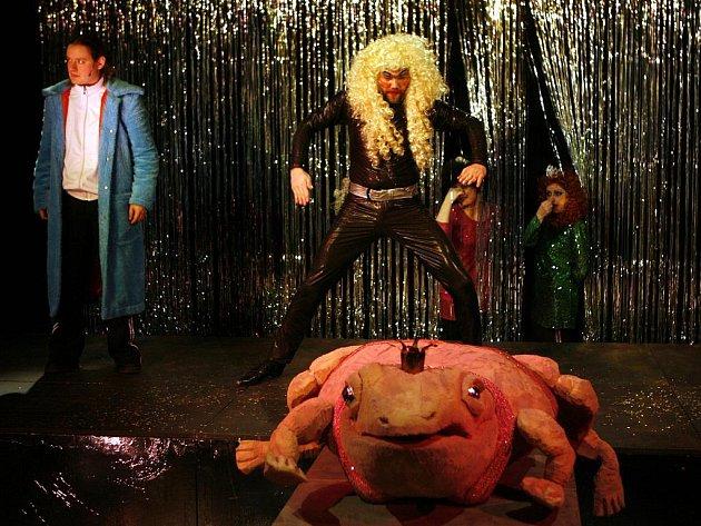 Loutkohra Jihočeského divadla uvede v pátek premiéru popové pohádky Žába carevna. Inscenátoři ji posunuli do současnosti, zlo ztělesňuje DJ Kostěj, hraje ho Jan Hönig (na snímku).