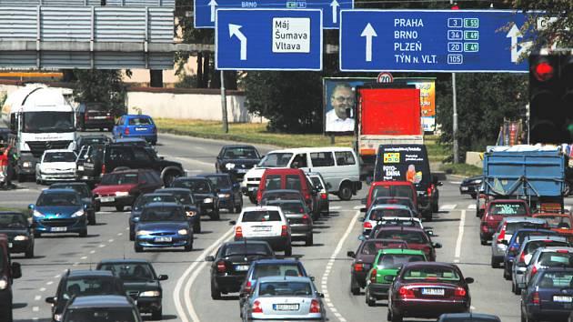 Výstava Země živitelka každoročně Českým Budějovicím nepřináší jenom prestiž a ohlas. Ruku v ruce totiž s agrosalonem jdou i dopravní zácpy, kolapsy na příjezdových cestách do města či přeplněná parkoviště.