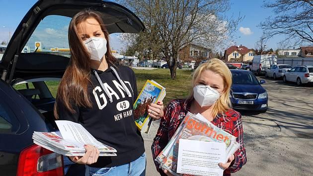 Adéla Ruiderová (vlevo) a Pavla Vandasová z Nadačního fondu Jihočeské naděje přidají časopisy z produkce Deníku k nákupům, které zájemcům vozí až do domu.