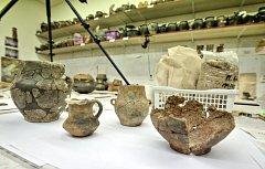 Nálezy keramiky z plavských pravěkých mohyl, které stály v cestě dálnici D3.