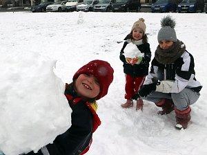 Děti sníh prostě zbožňují. Stanislava Kašparovská bydlí na náměstí Přemysla Otakara II., a tak se i s dětmi Samantou, Elenou, Denisem a Kačenkou vydala ven užít si čerstvého přídělu.
