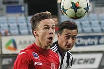 Fotbalisté Dynama v páteční předehrávce II. ligy doma prorháli s Ústím 0:1 (na snímku Jiří Funda bojuje s hostujícím Eliášem).