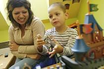 Jana a její čtyřletý syn Tomáš prožijí první svátky bez rodiny. v Krizovém centru pro matky s dětmi v Kostelci. Na Vánoce se přesto těší.