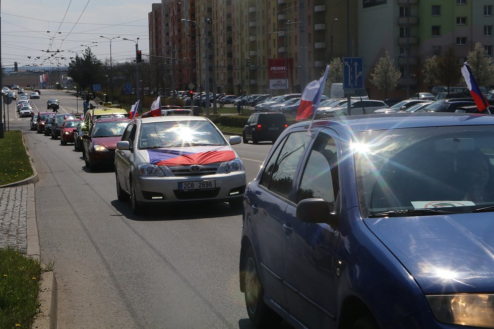 V neděli se uskutečnila další Jízda svobody z Českých Budějovic do Třeboně a Jindřichova Hradce, zúčastnilo se jí kolem šedesáti automobilů,