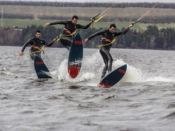 Kiteboarding nabízí adrenalin