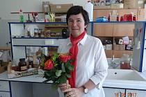 OCENĚNÁ. Květa Tůmová (na snímku) vyučuje na Česko-anglickém gymnáziu v Českých Budějovicích chemii a biologii. I ona byla jednou  z těch, kteří dostali od Učené společnosti České republiky ocenění za svůj přínos vědě.