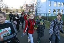 Od 5. prosince se budou žáci učit jinde. Odpoledne dostalo město oficiální výsledky měření Zdravotního ústavu. Ty jen potvrdily nadlimitní přítomnost azbestu na některých místech školy.